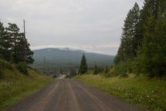 以山为目的一条土路 库存照片