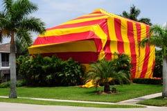 以帐篷复盖熏蒸的房子 库存图片