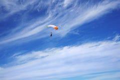 以异常的云彩为背景的白色伞身 库存照片