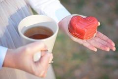 以心脏华伦泰` s天的形式,蛋糕 免版税库存图片
