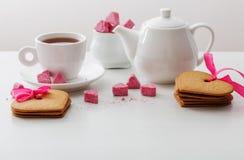 以心脏和杯子的形式被颗粒化的桃红色糖 免版税库存照片