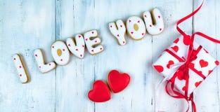 以心脏或我爱你词的形式自创曲奇饼作为对一心爱的一件礼物在华伦泰` s天 免版税库存照片