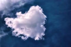 以心脏的形式一朵大白色云彩 库存图片