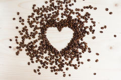 以心脏的形式咖啡豆在白色背景 库存照片