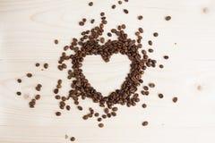 以心脏的形式咖啡豆在白色背景 图库摄影