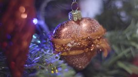 以心脏的形式圣诞节玩具 圣诞节装饰新年度 摘要被弄脏的Bokeh假日背景 股票视频