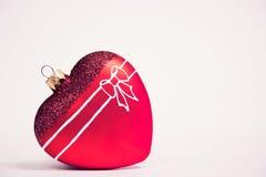 以心脏的形式圣诞节玻璃装饰在白色背景 库存图片
