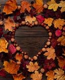 以心脏的形式平的位置框架从秋天绯红色和ye 免版税库存图片