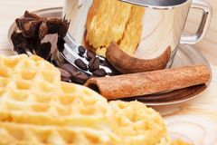 以心脏的形式曲奇饼在与一杯咖啡的木背景、桂香和茴香 库存照片