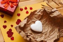 以心脏的形式标志在工艺纸说谎 被打开的礼物 附近的谎言各种各样对象象征 免版税库存照片
