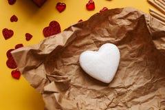 以心脏的形式标志在工艺纸说谎 被打开的礼物 附近的谎言各种各样对象象征 图库摄影