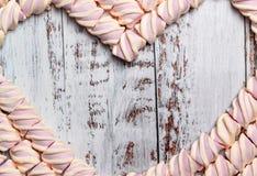 以心脏的形式框架从在轻的木背景的蛋白软糖 r 库存照片