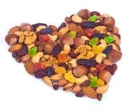 以心脏的形式混合坚果 免版税库存照片