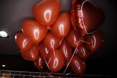 以心脏的形式红色气球 免版税图库摄影