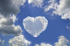 以心脏的形式美丽的云彩 库存照片