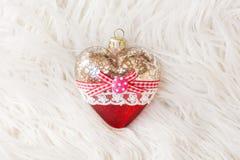 以心脏的形式美丽的圣诞节玩具在白色背景 新年度 圣诞节 木背景 免版税库存照片