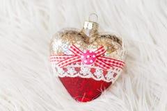 以心脏的形式美丽的圣诞节玩具在白色背景 新年度 圣诞节 木背景 库存图片