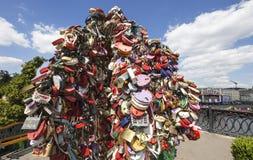 以心脏-永恒爱和联合的标志的形式挂锁 库存图片