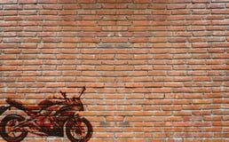 以摩托车为特色的墙壁街道画 库存图片