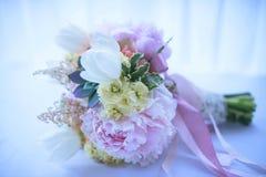 以时髦多汁植物、极好的牡丹、白色郁金香和象牙玫瑰为特色的婚礼花束 免版税库存照片