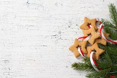 以星的形式圣诞节曲奇饼与丝带和杉树 库存照片