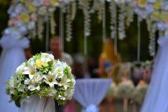 以曲拱为背景的婚姻的花束 库存图片