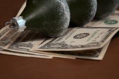 以杉树的形式圣诞节树玻璃球在一美元的衡量单位说谎 免版税库存图片