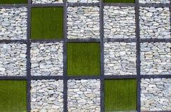 以棋的形式人为草和石头 免版税库存照片