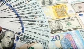 以欧元和美元为背景的一百美元笔记 库存照片