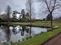 以水环境美化为特色的正式英国庭院 库存图片