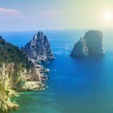 以海为背景的分开的岩石在温暖的阳光下-自然或路背景 在文本下的地方 免版税库存照片