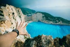 以海湾为背景的手 免版税库存照片