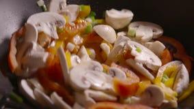 以混乱在平底锅关闭的慢动作夹子油炸物菜为特色  影视素材