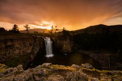 以瀑布和美丽的天空为目的风景 蒙古 库存图片