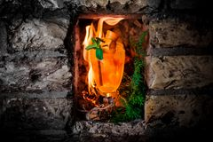 以火焰为背景的热的橙味饮料 免版税库存照片