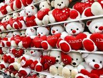 以熊的形式软的玩具与在他们的爪子的心脏 节假日的礼品 库存照片