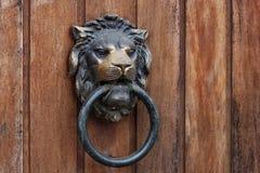 以狮子头的形式老敲门人 免版税图库摄影