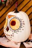 以猫头鹰的形式南瓜,猫头鹰从南瓜, int雕刻了 库存照片