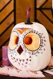 以猫头鹰的形式南瓜,猫头鹰从南瓜, int雕刻了 免版税库存图片