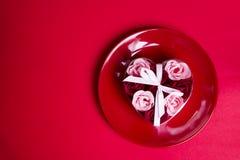 以玫瑰的形式装饰肥皂在板材 免版税图库摄影