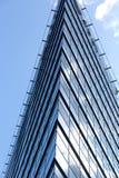 以现代办公室外部为特色的都市风景 免版税库存照片