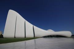 以盖达尔・阿利耶夫命名的文化中心挺好大厦 免版税库存照片