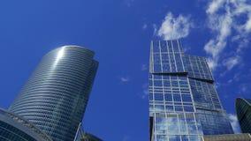 以移动的云彩为背景的高层建筑物 股票录像