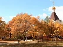 以纪念圣洁王子亚历山大・涅夫斯基的一个寺庙在秋天公园 胜利公园,萨拉托夫,俄罗斯 免版税库存照片