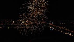 以纪念节日的明亮的烟花在河上 股票录像