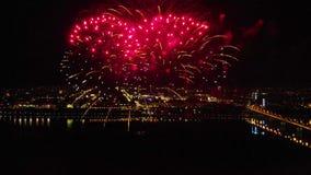以纪念节日的明亮的烟花在河上 影视素材