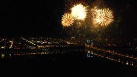 以纪念节日的明亮的烟花在河上 股票视频