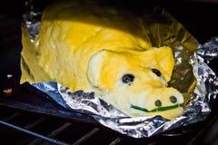 以腮腺炎独特的纤巧的形式被烘烤的饼 图库摄影