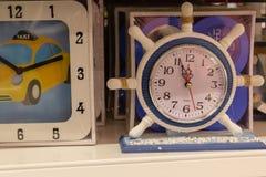 以船方向盘的形式壁钟 库存照片