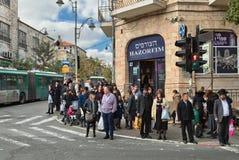 以色列人等待在前面的一个红绿灯信号 免版税图库摄影